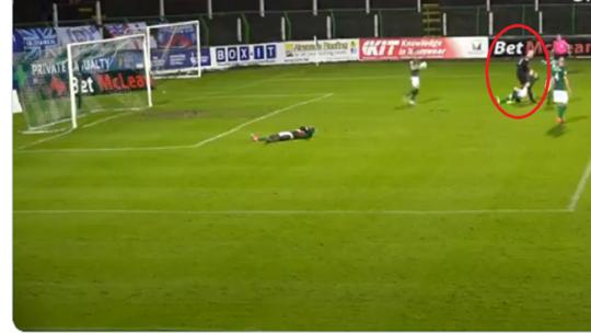 حارس مرمى يثير ضجة واسعة بتصرف لا يتكرر في ملاعب كرة القدم (فيديو)