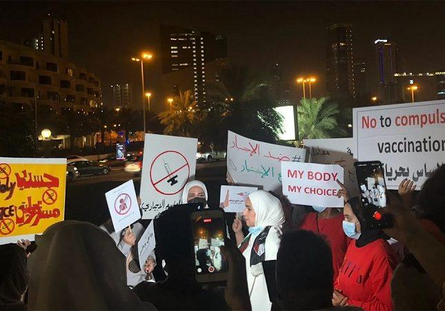 """شيخ من الأسرة الحاكمة يحمل """"ساطور"""" ويقتحم ساحة اعتصام أمام مجلس الامة ( شاهد )"""